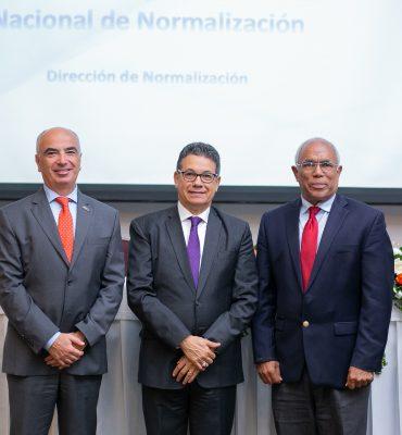 Gianlucca Grippa, jefe de la delegación de la Unión Europea; Manuel Guerrero, director general del INDOCAL; y Juan Tomás Monegro, secretario general del CODOCA y viceministro del MICM.