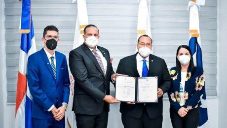 Lorenzo Ramirez recibe acreditacion en nombre de indocal.