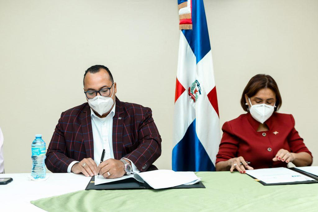 Director del INDOCAL y Directora de LAVECEN firman acuerdo